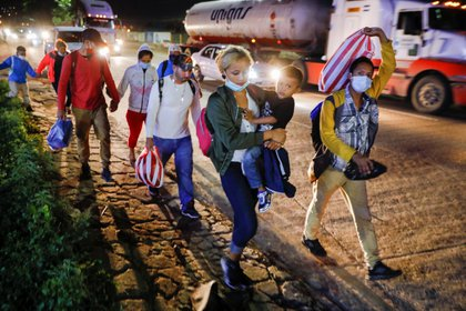 Hondureños participan en una nueva caravana de migrantes hacia los Estados Unidos, al salir de San Pedro Sula el 9 de diciembre de 2020. REUTERS/Jose Cabezas