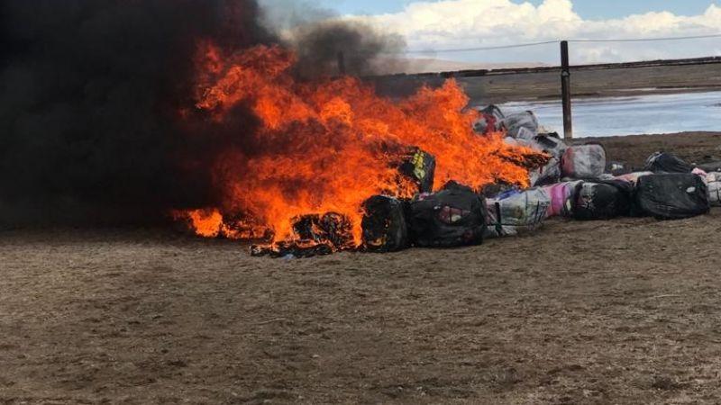Aduana y FFAA incineran un camión que transportaba ropa usada