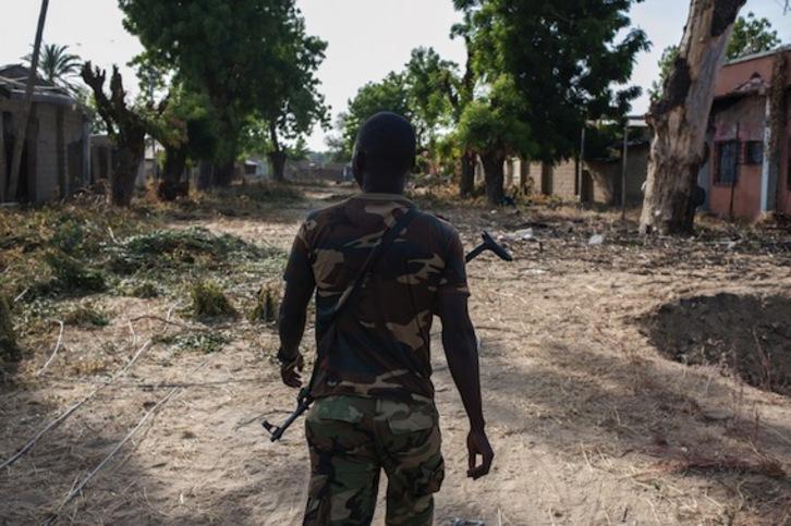 Un soldado nigeriano camina por las calles de la ciudad de Bama. (Stefan HEUNIS/AFP)