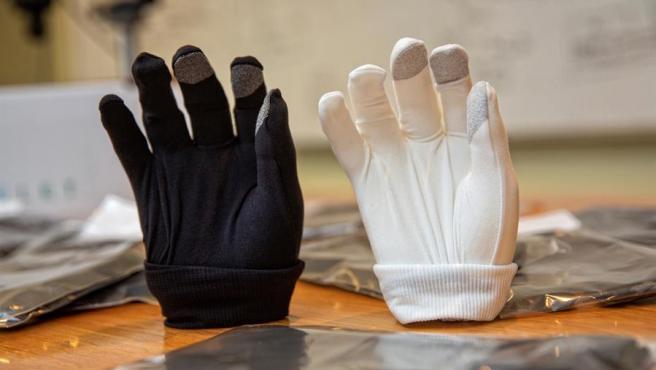 Vista de dos guantes fabricados por JMP Ingenieros.