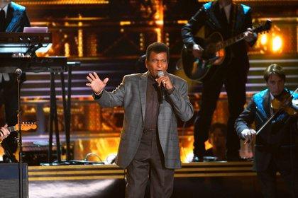 """l cantante Charley Pride interpreta """"Kiss an Angel Good Morning"""" durante la 50ª entrega de los premios anuales de la Asociación de Música Country en Nashville, Tennessee, EE.UU., 2 de noviembre de 2016. REUTERS/Harrison McClary/Foto de archivo"""