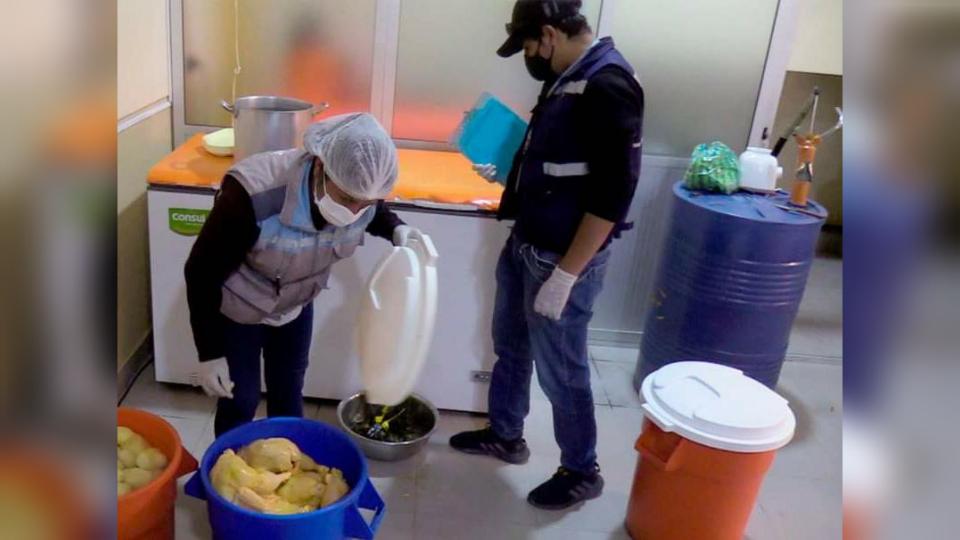Funcionarios municipales verifican los insumos de cocina de un restaurante. ALCALDÍA DE QUILLACOLLO
