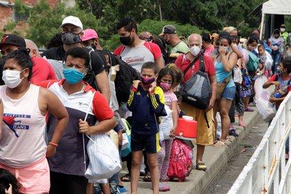 Vista de un grupo de migrantes venezolanos en Cúcuta, Colombia (EFE)