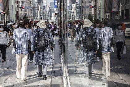 Los peatones se reflejan en las ventanas del distrito de Ginza en Tokio, Japón, el viernes 25 de mayo de 2018 (Bloomberg)
