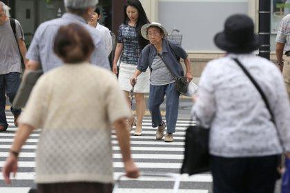 Peatones cruzan una calle en el barrio de Kita en Tokio, Japón, el martes 16 de junio de 2015 (Bloomberg)