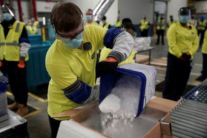 Los operarios trabajan en planta de fabricación de Pfizer Global Supply Kalamazoo en Portage, Michigan