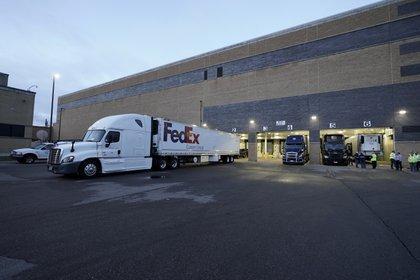 Las empresas FedEx y UPS serán las principales responsables de disponer los camiones que llevarán las dosis desde los aeropuertos hasta sus destinos finales.