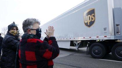 Vecinos de Michigan aplauden la salida de los camiones cargados de vacunas de la planta de Pfizer