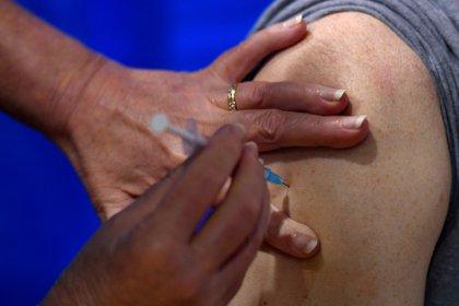 Tras meses de pruebas a voluntarios, llegó el días más esperado para los EEUU: se inicia la inmunización contra el covid-19 (Justin Tallis/Pool via REUTERS)