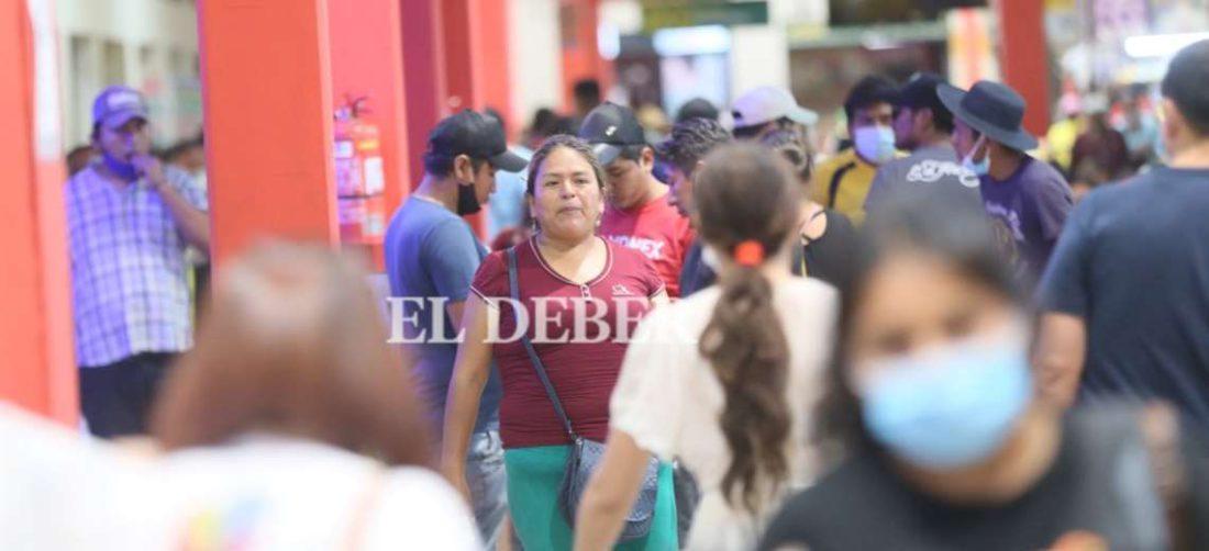 Personas sin barbijo mientras los contagios aumentan en Santa Cruz