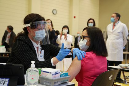 Cecile Lasco, una trabajadora de la salud canadiense, estuvo en el primer grupo en recibir la vacuna contra el COVID-19 en Canadá- Foto: REUTERS/Carlos Osorio