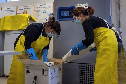 Trabajadores de la salud canadienses desempacan un cargamento de vacunas contra el COVID-19 de Pfizer y BioNtech en Quebec. Foto: Reuters