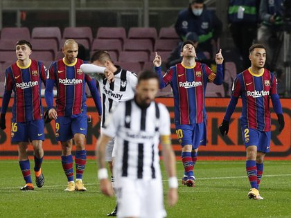 El Barcelona está obligado a ganar en las próximas dos fechas de liga para no desprenderse de la lucha por la punta - REUTERS/Albert Gea