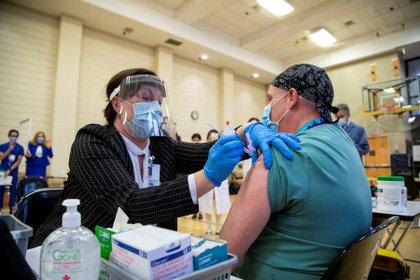 La vacunación con la fórmula de Pfizer ya comenzó en Reino Unido, EEUU y Canadá (Reuters)