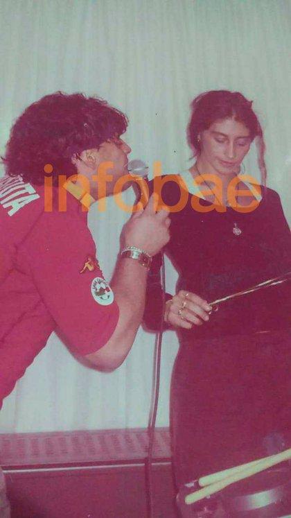 Maradona, con una camiseta que Batistuta usaba en la Roma, cantándole a Laura
