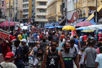 Foto ilustrativa del martes de una calle comercial en Sao Paulo. Dic 15, 2020. REUTERS/Amanda Perobelli