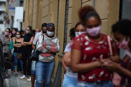 Imagen de archivo: grupo de personas utilizando mascarillas esperan en fila para ingresar al comercio durante la pandemia de coronavirus, en Sao Paulo, Brasil, el 10 de junio de 2020. REUTERS/Amanda Perobelli