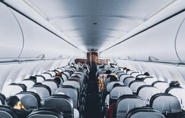 Desesperación en un avión de United Airlines por la muerte de un pasajero.