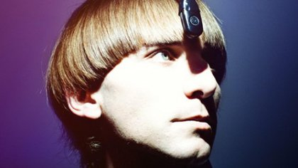 """Neil Harbisson con una antena en la cabeza para """"escuchar"""" los colores"""