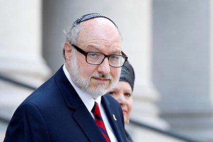 Jonathan Pollard, oficial de la Armada de los Estados Unidos que espiaba para Israel, en una foto tomada en una corte de Manhattan en 2017. Detrás suyo, Esther, su esposa (Reuters)