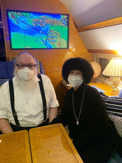 Jonathan Pollard, de 66 años junto a su esposa Esther, en una fotografía tomada en el interior de un vuelo privado que los llevó a Israel este 30 de diciembre (Reuters)
