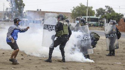 Enfrentamientos y represión en Virú, a 500 kilómetros al norte de Lima, tras la aprobación de un nuevo régimen laboral agrario (AFP)