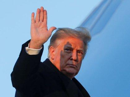 FOTO DE ARCHIVO. El presidente de Estados Unidos, Donald Trump, saluda a bordo del Air Force One en la base conjunta Andrews en Maryland, Estados Unidos. 23 de diciembre de 2020. REUTERS/Tom Brenner