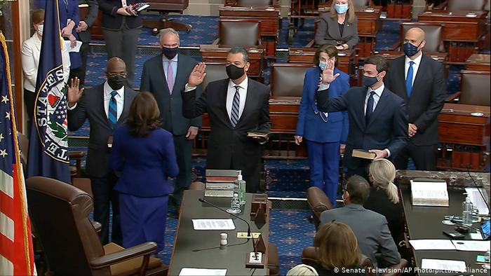 USA Washington   Kamala Harris vereidigt Senatoren aus Georgie Raphael Warnock