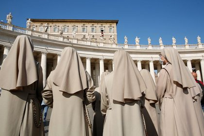 Imagen de archivo de varias monjas asistiendo al rezo del Ángelus por parte del Papa Francisco en la Plaza de San Pedro del Vaticano, 25 octubre 2020 (REUTERS/Remo Casilli)
