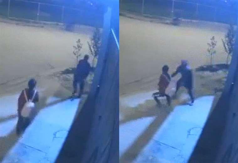 La víctima camina tranquila cuando de repente se le abalanzó el delincuente