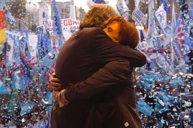 El abrazo de Néstor y Cristina Kirchner ante la militancia, la postal que quedó impresa en el tapabocas de la vicepresidenta