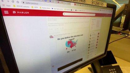 La suspensión de los servicios de AWS a Parler evidenció la relación próxima entre la infraestructura de internet y la libertad de expresión. (REUTERS/Reuters TV)