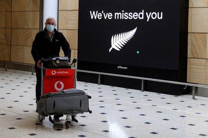 Un pasajero arriba al aeropuerto de Sídney, Australia, proveniente de Nueva Zelanda. REUTERS/Loren Elliott/Foto de archivo