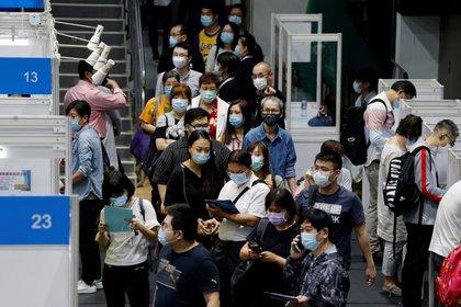 Foto de archivo de un grupo de desempleados haciendo fila en una feria de empleos en Hong Kong, China, en medio de la pandemia de COVID-19. Oct 29, 2020. REUTERS/Tyrone Siu