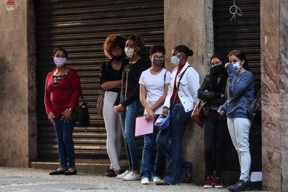 Varias personas hacen fila para aplicar a una opción de empleo, en Sao Paulo (Brasil). EFE/Fernando Bizerra/Archivo