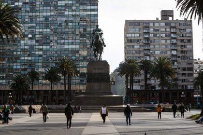 Personas con tapabocas caminan en la Plaza Independencia de Montevideo (Uruguay). EFE/Federico Anfitti/Archivo