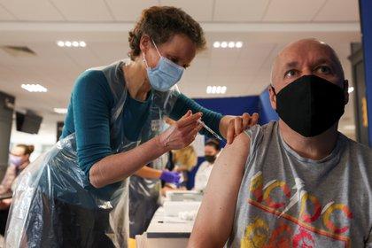 Una persona es vacunada en Newcastle, Reino Unido (REUTERS/Lee Smith)