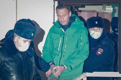 El opositor ruso Alexéi Navalni sale esposado de una comisaría en las afueras de Moscú, el pasado 18 de enero. EFE/ Sergei Ilnitsky/Archivo