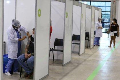 El gobierno de Bolsonaro también es criticado por el lento proceso de vacunación (REUTERS/Rodolfo Buhrer)