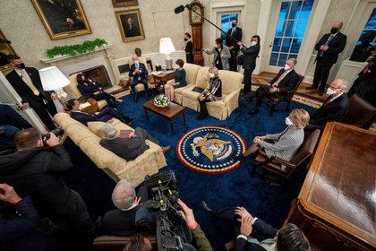 Joe Biden, y su vicepresidenta, Kamala Harris, durante una reunión con un grupo de senadores republicanos, en la oficina Oval de la Casa Blanca, en Washington DC (EFE)