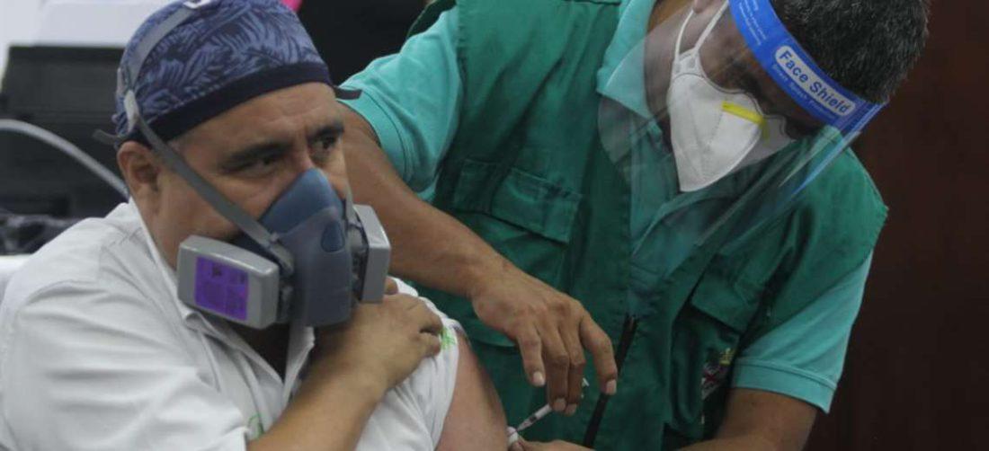 Vacunación contra el Covid-19 en el San Juan de Dios/Foto: Juan Carlos Torrejón