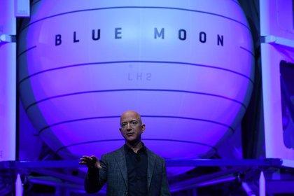 Imagen de archivo del fundador y presidente ejecutivo de Amazon, Jeff Bezos, presentando el cohete del módulo de alunizaje de su compañía de exploración espacial Blue Origin durante un evento en Washington, Estados Unidos. 9 de mayo, 2019. REUTERS/Clodagh Kilcoyne