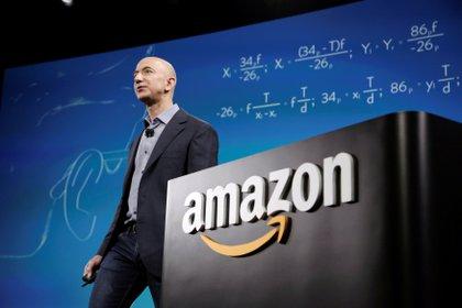 Bezos tras un cartel de Amazon. Foto: REUTERS/Jason Redmond