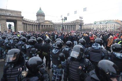23/01/2021 Policías y manifestantes durante una protesta contra la detención del opositor Alexei Navalny en San Petersburgo, en Rusia. POLITICA EUROPA EUROPA RUSIA RUSIA Y ANTIGUAS REPÚBLICAS SERGEI MIKHAILICHENKO / ZUMA PRESS / CONTACTOPHOTO