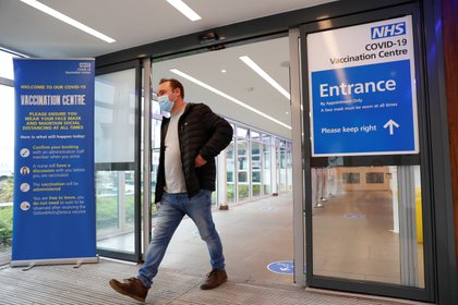 Un hombre sale del centro de vacunación contra la enfermedad del coronavirus (COVID-19) en Cliffs Pavilion en Southend-on-Sea, Gran Bretaña, el 4 de febrero de 2021 (REUTERS)