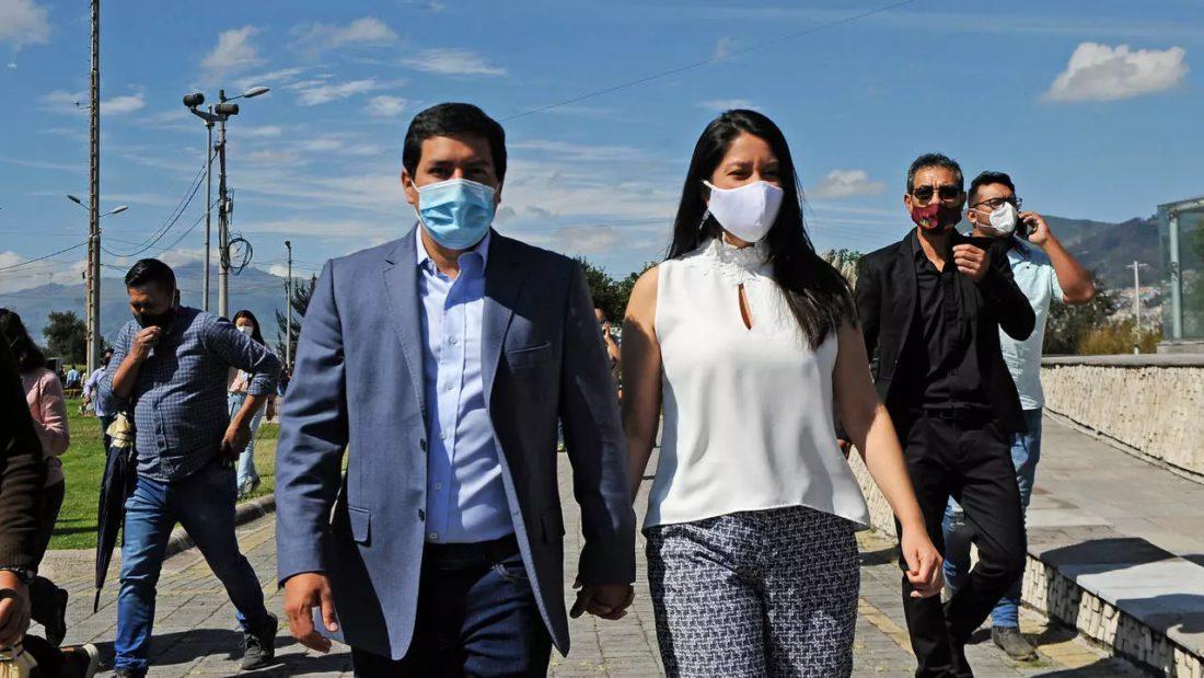 El izquierdista Andrés Arauz camina con su esposa Mariana Veliz. Encuestas a boca de urna lo dieron ganador en las elecciones del 7 de febrero de 2021, pero habrá segunda vuelta