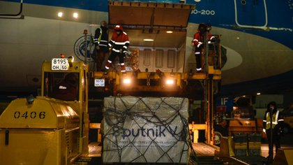 El primer cargamento de las vacunas rusas Sputnik V llegan al aeropuerto de Ezeiza, en Buenos Aires.