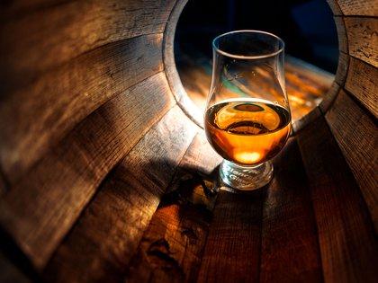 """""""El alcohol puede provocar náuseas, deshidratación, estreñimiento, dolores de cabeza, sequedad de boca, fatiga"""" (Shutterstock)"""