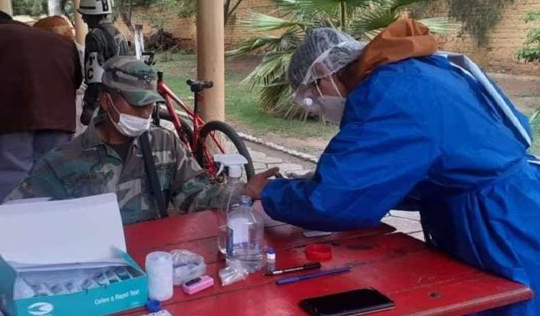 También entregaron kits con medicamentos a los militares