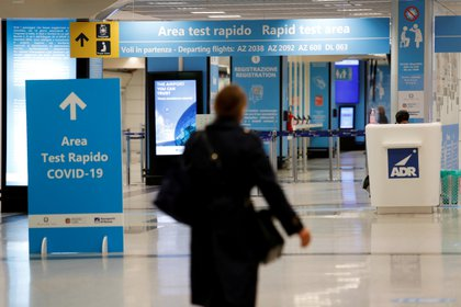 La zona de pruebas del COVID-19 en el aeropuerto de Fiumicino en Roma, Italia,